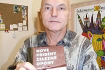Vladimír Kříž ukazuje knihu, na jejíž stránkách je pojednáno i o jeho příběhu.