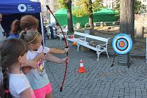 Netradiční úkoly. Děti si mohly mimo jiné vyzkoušet střelbu z luku.