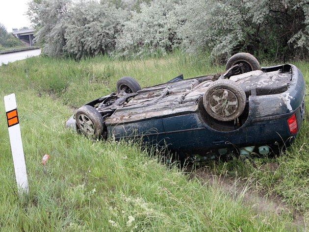 Řidič si během jízdy začal svlékat mikinu, čímž ztratil kontrolu nad řízením. Auto sjelo ze silnice do příkopu a několikrát se otočilo přes střechu. Ilustrační foto.