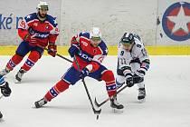Třebíčské hokejisty (v červeném) čeká domácí výzva. Na svém ledě přivítají od 17.30 Kadaň, která uzavírá tabulku Chance ligy.