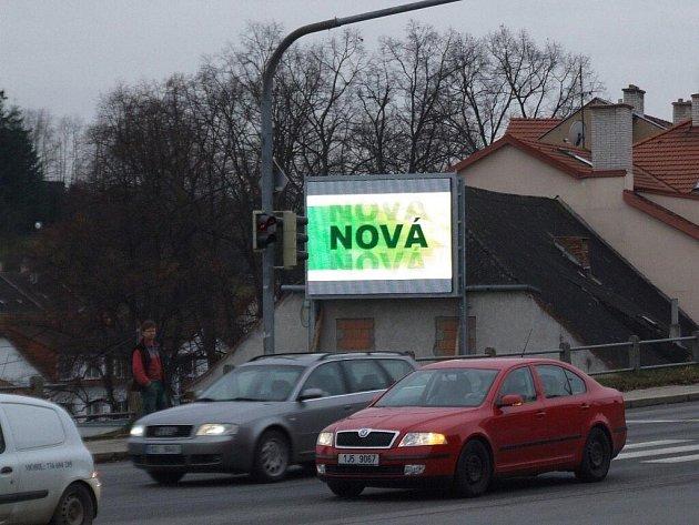 Velká svítící reklama umístěná u křižovatky ulic Znojemská a Hradební není pro řidiče příliš bezpečná. Svítivé nápisy je mohou rozptylovat při řízení.