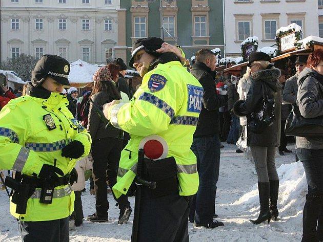 Stejně jako v loňském roce budou na silnicích, v ochodech, na parkovištích  i  vánočních tržištích policisté ve vyšších počtech.  Ilustrační foto.