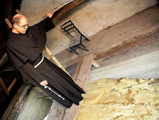 Karel Koblížek z minoritského kláštera ukazuje půdní prostory, které jsou protkány cestičkami malých šelem.