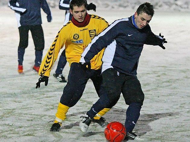 Jihlavského obránce Michala Vepřeka (ve žlutém), který se v sobotním modelovém zápase zapsal mezi střelce, čeká po týdnu v Itálii návrat na zasněžené české trávníky.