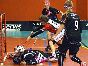Florbalistky FBŠ Jihlava (v tmavém) nesehrály proti  Dobrušce špatné utkání, ale pouhá jediná trefa byla málo. Hostující výběr si odvezl hubenou výhru 3:1.