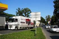 Kolona kamionů u čerpací stanice na Žižkově ulici v Jihlavě.