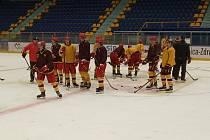 Hokejoví junioři a dorostenci Dukly si po třech týdnech mohou užívat tréninky na ledě. Vycestovali totiž do Polska.