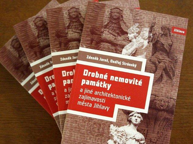 Ve velké gotické síni jihlavské radnice v pondělí 20. listopadu pokřitili novou knížku, která ukazuje drobné památky v Jihlavě.