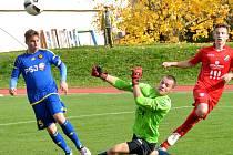 Jihlavští starší dorostenci (v modrém) porazili Ostravu B 3:0. Všechny tři trefy zaznamenali domácí v první pětačtyřicetiminutovce.