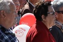 Tradice. Komunisté se včera sešli na náměstí.