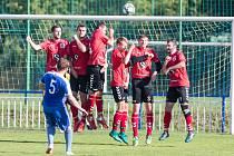 Fotbalisté Telče (v červeném) odstartovali přípravu. V květnu bude ale zábavnou formou.