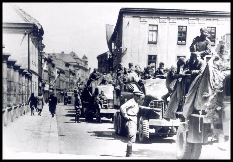 Hlavní jihlavská ulice, dnešní Benešova, ucpaná automobily Rudé armády. Reprofoto: archiv Stanislava Jelínka