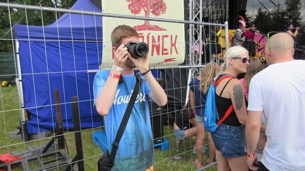 V plném zápřahu. Tomáš Kucej se na festivalu pod Čeřínkem nejen bavil, ale pořizoval tam videa i fotky.