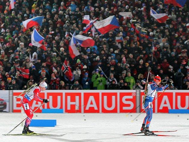 Oslava biatlonu. Desítky tisíc fanoušků v ochozech, atmosféra loňského Světového poháru byla jedinečná.