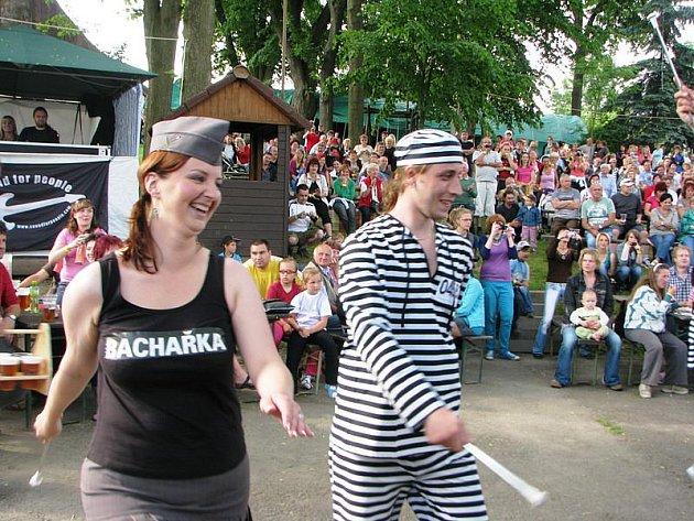 Smile mažoretky s partnery pobavily před pódiem davy publika vězeňským vystoupením.