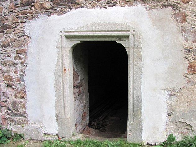 Vstupy do podzemních podlaží brtnického zámku jsou ukázkou řemeslné obnovy na zámku.