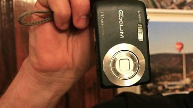 Ilustrační foto. Fotoaparát v ruce.