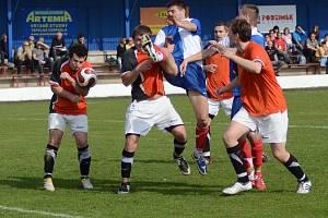 Také fotografie z fotbalových utkání leckdy nabízí úsměvnou podívanou. Tato nepřehledná situace vznikla na jaře 2011 při utkání krajského přeboru mezi Polnou (v modrobílém) a Novou Vsí.