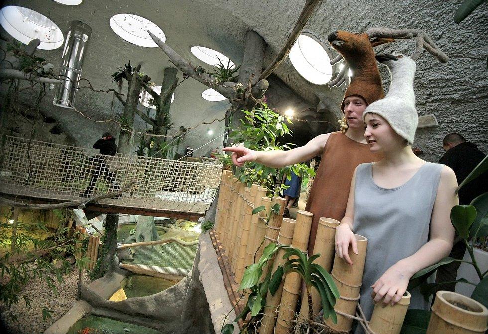 Při slavnostním otevření areálem prováděla zvířátka.