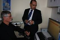 Nový speciální přístroj pomáhá pacientovi po mrtvici tak, že mu podpírá ruku. S jeho pomocí pak pacient zkouší na počítači nejrůznější cvičení.