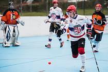 Hokejbalisté HBC Flyers Jihlava (v oranžových dresech) znovu nenašli recept na zálohu SK Jihlava (v bílém). Prohráli s ní 1:4.