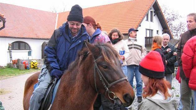 Členové Sdružení mladých sklerotiků si vyjeli na koních (akce Cunkov 2006).