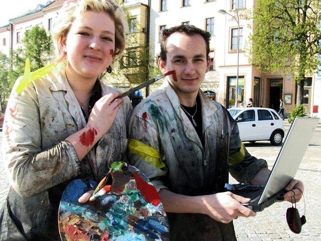 Studenti Střední umělecké školy grafické v Jihlavě vyrazili v páteční slunečné ráno do ulic na poslední zvonění.
