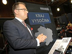 První průzkum platila Česká televize a podle něj pozvala politiky k diskusi s Václavem Moravcem.