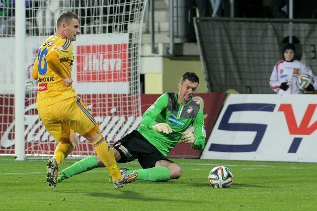 Vloni na podzim Vysočina plzeňskou Viktorii porazila 2:1 zásluhou branek Murise Mešanoviče (na snímku před plzeňským gólmanem Matúšem Kozáčikem) a Lukáše Masopusta.
