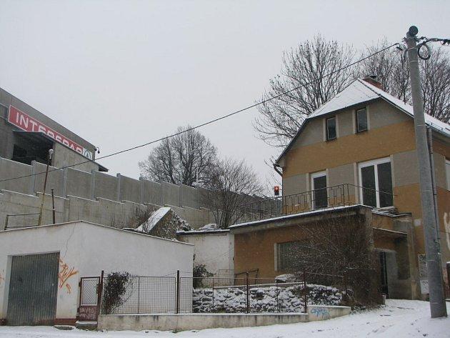 Dům Jiřího Simona (vpravo), zemřelého odpůrce stavby City Parku (vlevo)