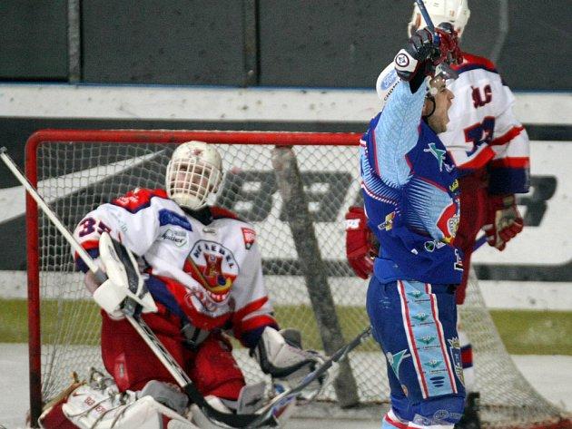 Chomutovští hokejisté (v modrém) si z Havlíčkova Brodu odvezli tři body za výhru 6:3.