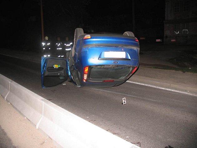 Řidič nechtěl srazit chodce, tak naboural
