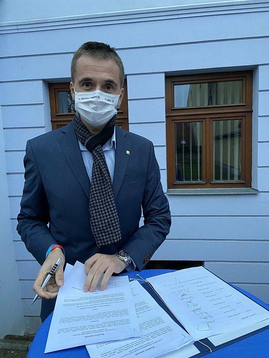 Koaliční smlouvu podepsal i Lukáš Vlček za Starosty pro Vysočinu.