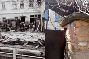 Vlevo dům rodiny Dvořákových po ničivé povodni. Vpravo povodeň dnes připomíná štítek před domem Dvořákových. Je ve výšce metr šedesát centimetrů.