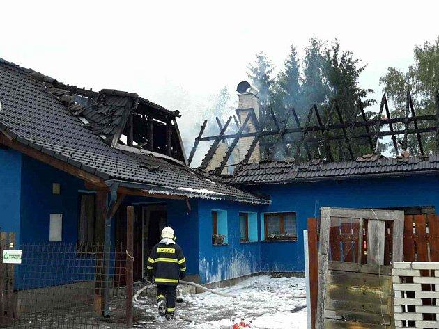 Rodina přišla během požáru o střechu nad hlavou. Teď jim pomáhá celá ves