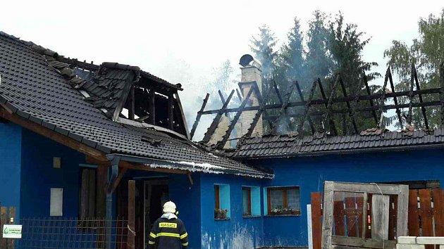 Rodinný dům v Bílém Kameni po požáru.