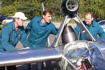 Proudový motor na letecký petrolej nad křídly větroně Blaník přitahuje pozornost. Týmu První brněnské strojírny,  zabydlujícímu se v Jihlavě, to ale už nepřijde.