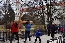 Z Telče nesli křesťané kříž do nedalé kaple svatého Karla.