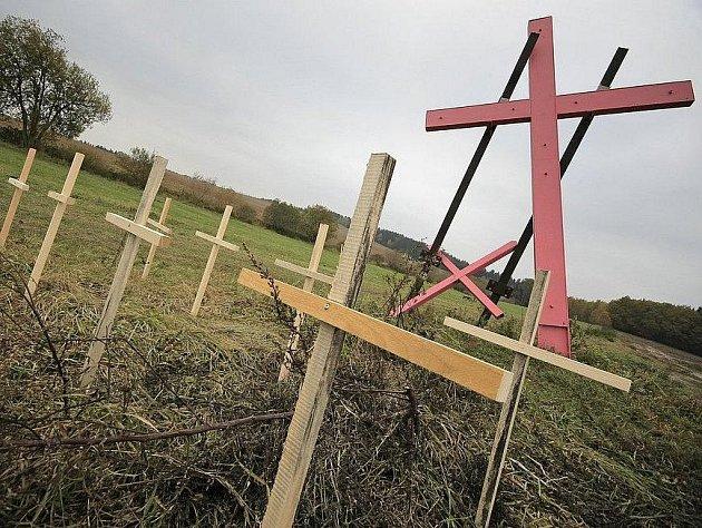 Kříž na louce u Budínky získal růžový nátěr. Okolo něj přibyly další menší křížky.