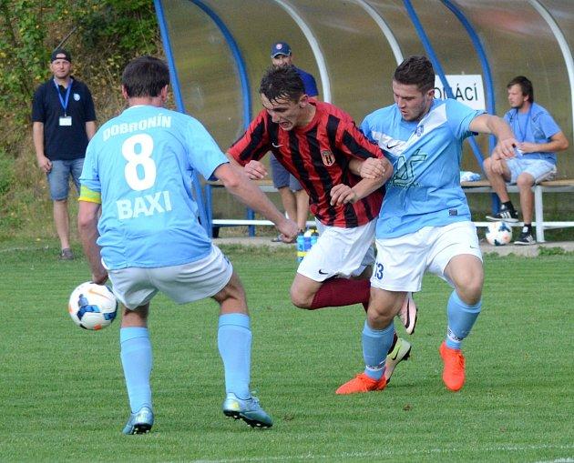 Fotbalisté Dobronína (v modrých dresech) ve Speřicích vedli, ale nakonec se museli domů poroučet s prázdnou.