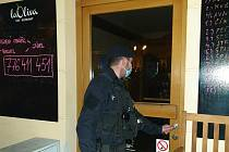 Policejní kontrola v rámci dodržování vládních opatření.