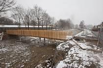 Stavba lávky nad rybníkem Nadymák v Telči.
