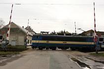 Na vlakovém přejezdu v Golčově Jeníkově několik dnů nefungovalo signalizační zařízení, a závory zůstávaly stále zvednuté. Opatrní museli být řidiči i strojvedoucí.