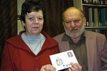 Manželé Zdeňka a Pravoslav Schleisovi ukazují čerstvou obálku  s motivem dvanáctek.