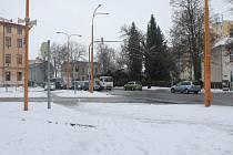 Na klouzačce. Kluzké silnice včera dělaly problém řadě řidičů. Policie jen včera dopoledne přijala více než padesát oznámení o dopravních nehodách.