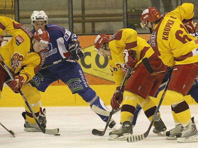 Hokejisté Dukly Jihlava (ve žlutém) si nedávno s Vrchlabím na jeho ledě poradili. Zopakuje dnes něco podobného Horácká Slavia?