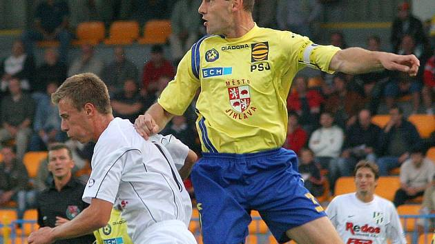 Jihlavský kapitán Michal Kadlec (ve žlutém) odehrál na podzim pouze dva zápasy. Poté musel podstoupit artroskopii kolena.