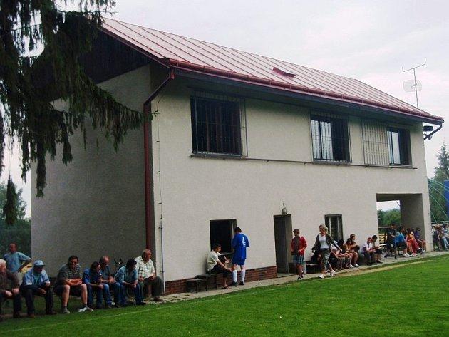 Takto vypadá areál TJ Růžená v současnosti. Hřiště sousedí bezprostředně s oborou u hradu Roštejn. V objektu s kabinami možná vznikne ubytovna.