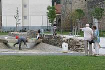 Včera se jezírko v novém parku Gustava Mahlera čistilo. Do vody se pak přidává i savo. Koupání v jezírku tak může být nebezpečné.