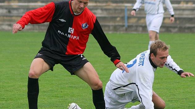 Fotbalisté Humpolce (v červeno–černém Tomáš Pícha) dnes přivítají Polnou. V souboji týmů ze špice tabulky jsou favorité domácí.